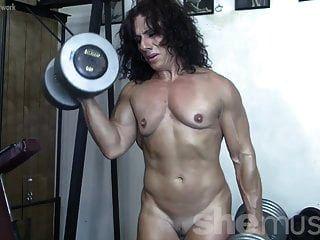 разорвал женскую мускулатуру голышом в спортзале
