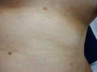 чертовски и распространяя волосатую пизду для спермы