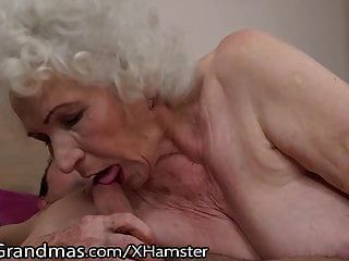 Lustygrandmas чувственная бабушка использует волосатую коробку, чтобы ездить
