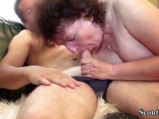немецкая толстушка бабушка соблазняет молодого парня трахать ее волосатую киску