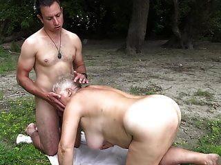 нудист трахает бабушку на публике
