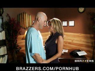 большой синицы брюнетка врач использует ее для пациента сексуальный тройкой