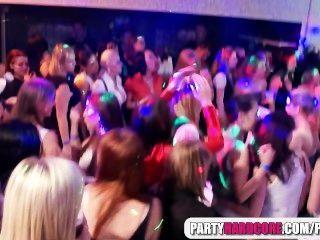 горячие девушки сосать мужской стриптизерш на вечеринке