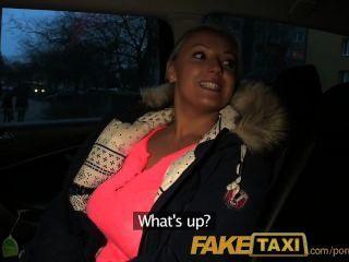 Faketaxi блондинка с огромными сиськами платит свой долг