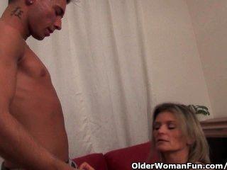 сексуальная мамаша трахается и сосет его член сухой