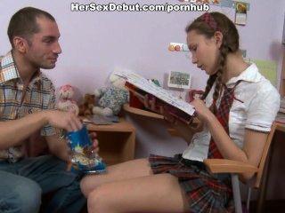 глупая школьница получает свой первый урок трахаться с Сперма