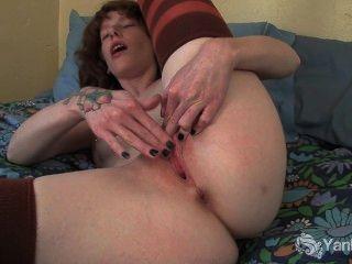 пирсинг и татуированные Staci перебирая ее киску