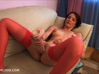 брюнетка в красных чулках мастурбацией с большим пенисом жестокой