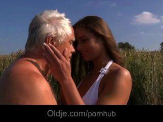 большие сиськи маленькие трахает Oldman на пляже