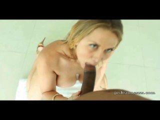 блондинка белая шлюха сосет большой черный петух