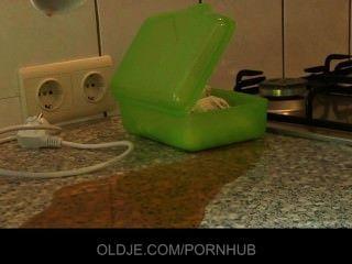 смелая молодая брюнетка трахается жесткий дедушку на кухне