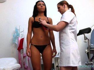 Bailey гинекомастии экзамен - молодая брюнетка с хорошими тела детального изучения