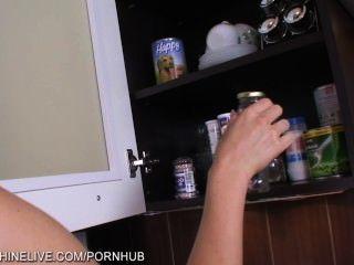 сексуальный дом жена использует расширитель в кухне