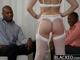 затемненными красивая блондинка Dakota Джеймсе кричит с 2 большими черными петухами