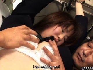 Японские школьницы Yayoi Yoshino трахают в автобусе Uncesnored