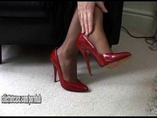 горячая молодая блондинка носить сексуальные и очень эротично ботинки высокой пятки