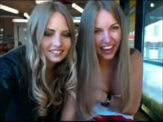 две девушки снимая одежду в общественном кафе в то же время наблюдал за