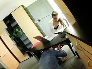 миниатюрная секретарь Клаудия Rossi в нижнем белье траха в офисе