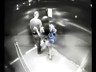 Незнакомец трахает девушек в лифте