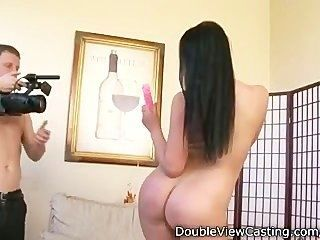 стройная молодой девушка стонет с петухом в ее задницу