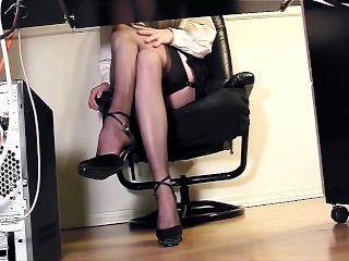 секретарь дрочит в офисе в бедро высокие чулки и каблуки