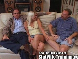 блонди жена трахает 2 в то время как муженек часы