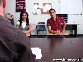 Innocenthigh сексуальная школьница молодой сосет едет петух в классе