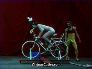 красивая девушка едет на секс-велосипед