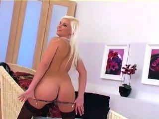 Довольно блондинка гламур красотка дразнит и мастурбирует в нижнем белье и на каблуках