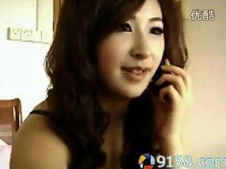 милая китайская девушка курить