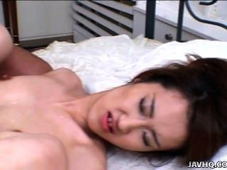 японский молодой мако Wakatsuki получает пальцами и трахал без цензуры