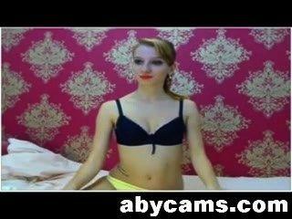 красивая блондинка показывает ноги и гладкое тело на кулачке