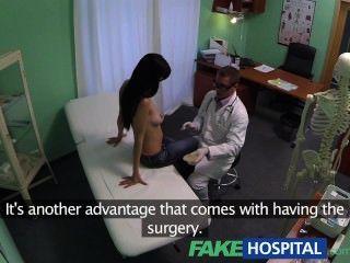 поддельные больнице брызгали мамаша хочет грудные имплантаты и получает сперма в жопе
