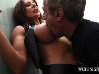 хозяйка Carly трахается в туалете и есть раб лизать ее сперма в жопе