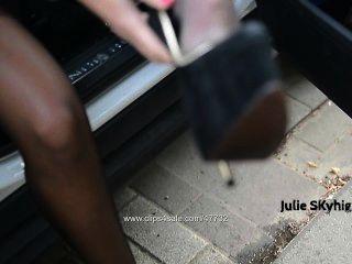 непослушный Peeslut обнаженной под траншею в мочиться в экстремальных каблуках & мокрой чулка