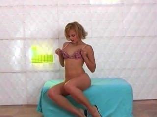 секси стройная блондинка полосы и танцы