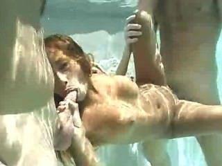 подводный азиатский секс втроем