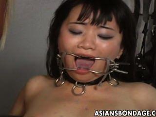 блондинка хозяйка игрушки ее азиатских рабыня в подчинение