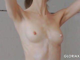 секс куклы Глории касаясь ее обнаженное тело в зеркале