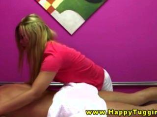 Блондинка азиатских массажистка получает его трудно