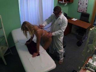 блондинка без трусов трахает врач в своем кабинете