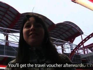 брюнетка трахают в общественном месте за фальшивой приз поездки