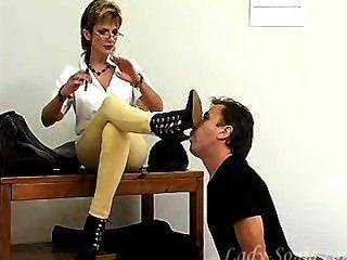 раб лижет сапоги для зрелой любовницы.