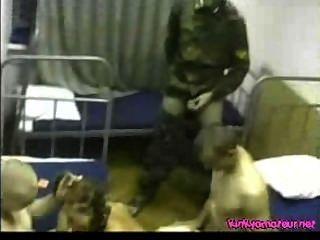 русская армия оргия - девушка трахал всеми парнями