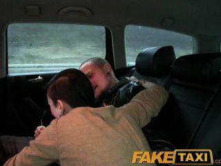 Faketaxi роговой пара взять такси домой, где общая подруга