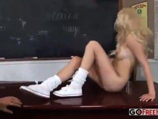 учитель полосы студента и трахает ее в классе