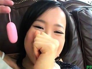 азиатские лолита получать ее волосатые киски стимулируется с вибратором на диване