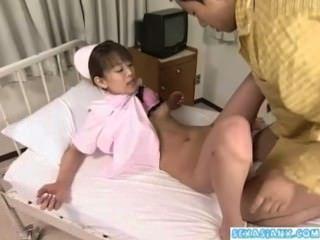 азиатская медсестра получает ее киска лизали и трахал пациентом в Hospita