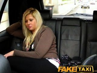 Faketaxi блондинка занимается сексом из-за в такси