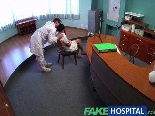 Fakehospital грязный врач получает его член глубоко внутри грудастой ех порнозвезды